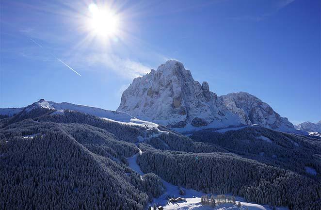 Dolomites: montagne de Sassolungo en hiver